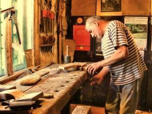 """Ştefan Călărăşanu în atelierul său, pe care îl ocupă din 1984. Înainte de plecarea în Germania, a lucrat aici artistul Ştefan Bertalan, cofondator al grupului """"111"""" şi membru al grupului """"Sigma 1"""""""