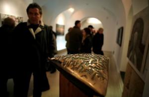 """Unul dintre """"Semnele"""" lui Ştefan Călărăşanu. O lucrare din bronz şi lemn realizată în 2011 şi expusă în cadrul Salonului Artelor Vizuale de la Muzeul de Artă din Timişoara / FOTO: Cornel Putan"""